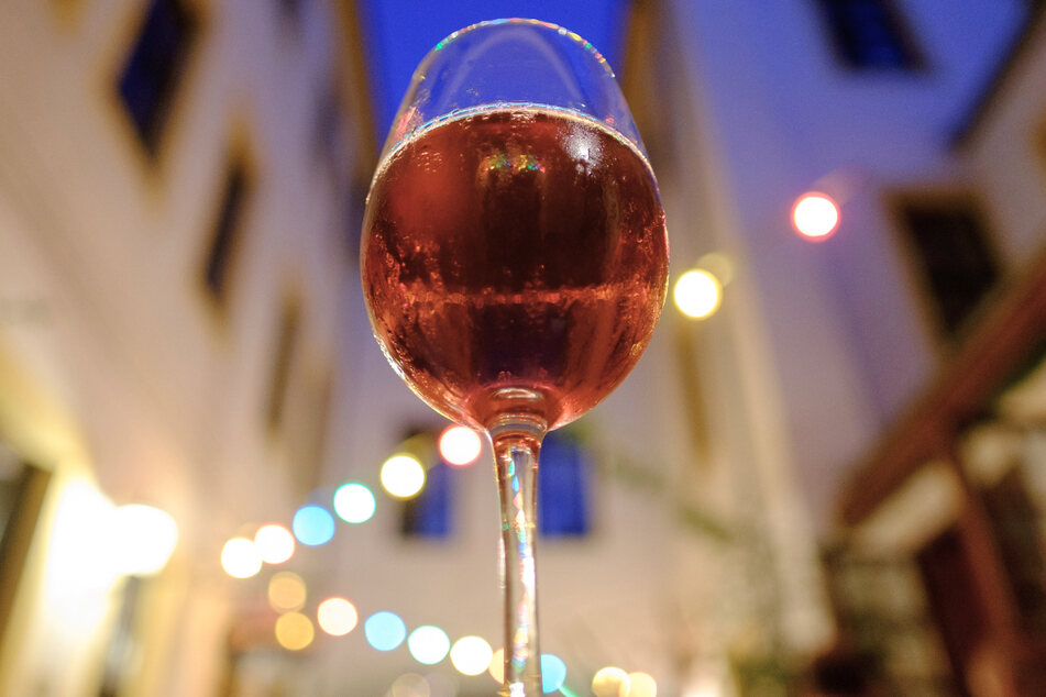 Ein Glas Wein am Abend soll laut Autor gut für die Gesundheit sein und sogar schwere Krankheiten vorbeugen.