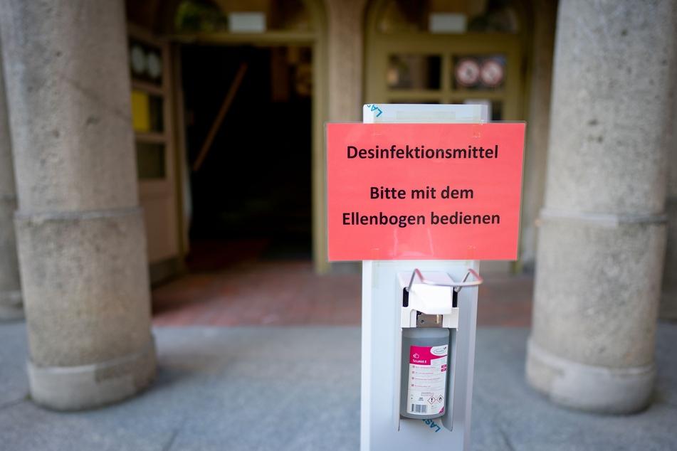 Ein Spender mit Desinfektionsmittel steht für die Schüler vor dem Rheingau-Gymnasium zu Beginn der Abiturprüfungen bereit.