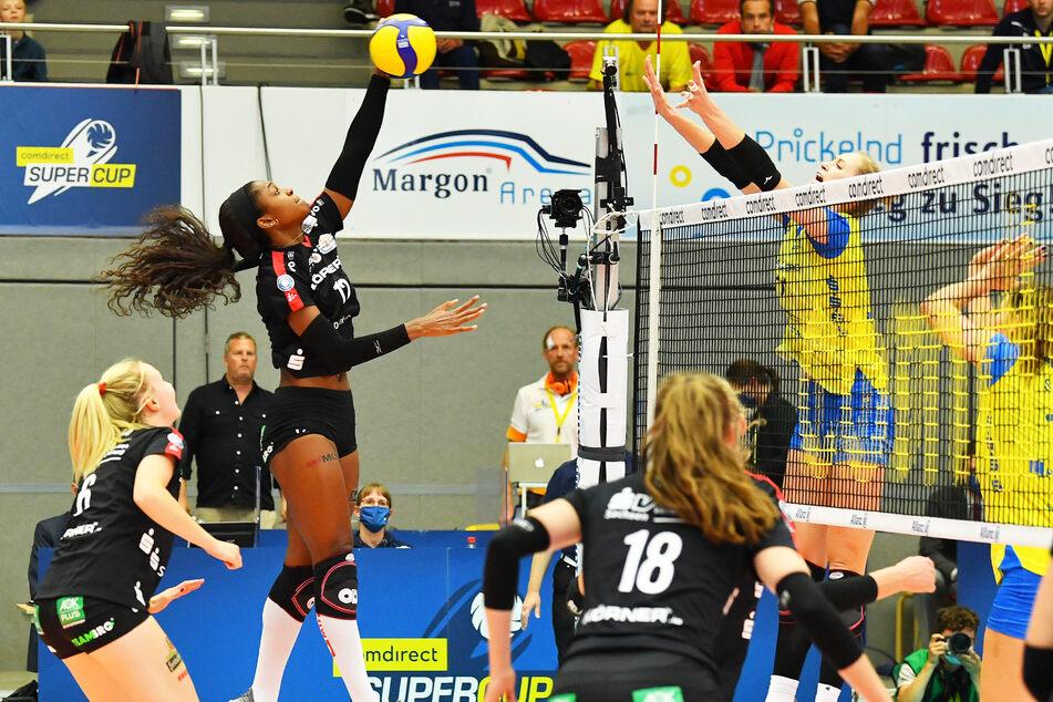 Naya Crittenden (l.) beim Supercup im Angriff gegen Schwerins Hayley Spelman. Der DSC verlor hier mit 0:3. Beim Pokal-Halbfinale im November in Schwerin hieß es 1:3.