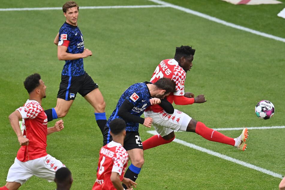 Lucas Tousart (2.v.r.) trifft per Kopf zur zwischenzeitlichen 1:0-Führung für Hertha BSC.