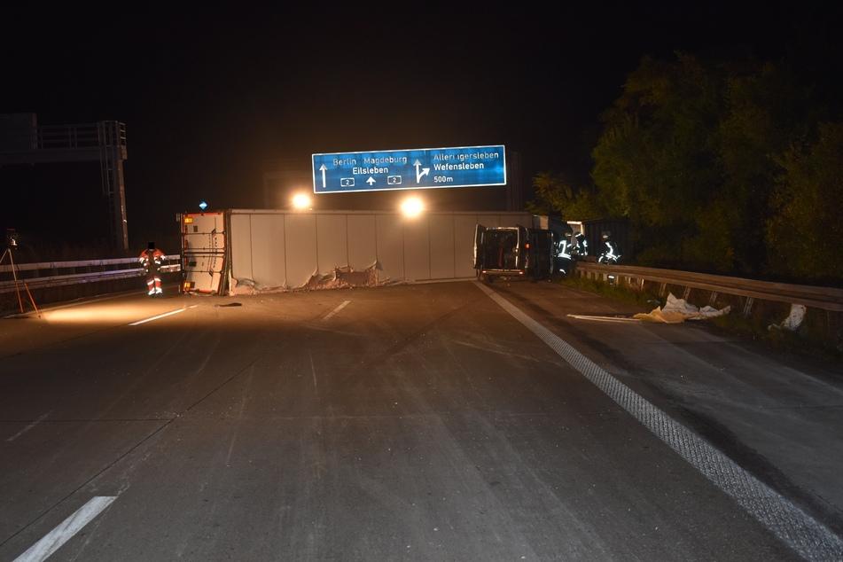 Auf der A2 ist ein Sattelzug nach Sekundenschlaf des Fahrers umgekippt, ein nachfolgender Kleinbus konnte nicht mehr bremsen.