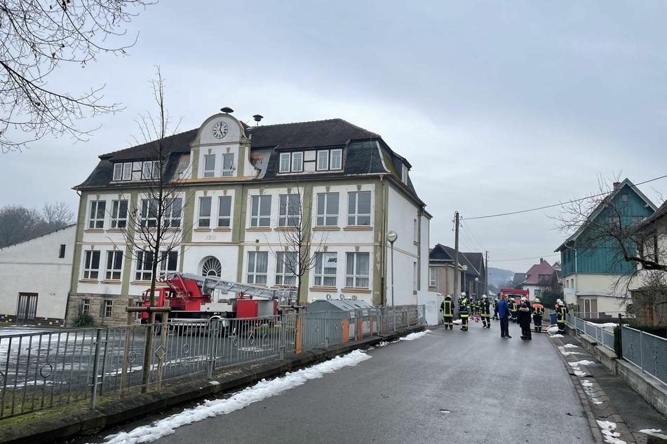 In einer ehemaligen Schule in Effelder ist es am Sonntag zu einer Verpuffung gekommen.