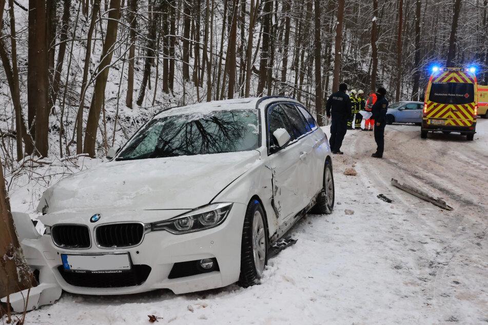 Die Glätte kam erschwerend dazu: Der BMW prallte gegen den Baum.