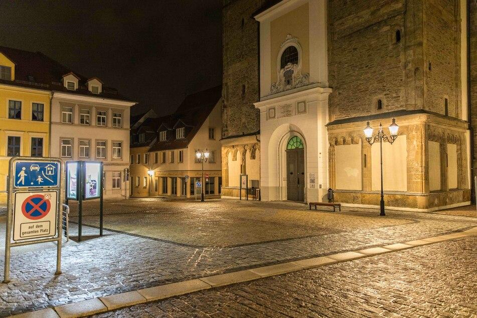 Schock in der Freiberger Innenstadt am Dienstagabend! Vor der bedrohte Nikolaikirche ein Mann (34) mehrere Passanten mit einer Pistole. Er wurde wenig später von der Polizei festgenommen.