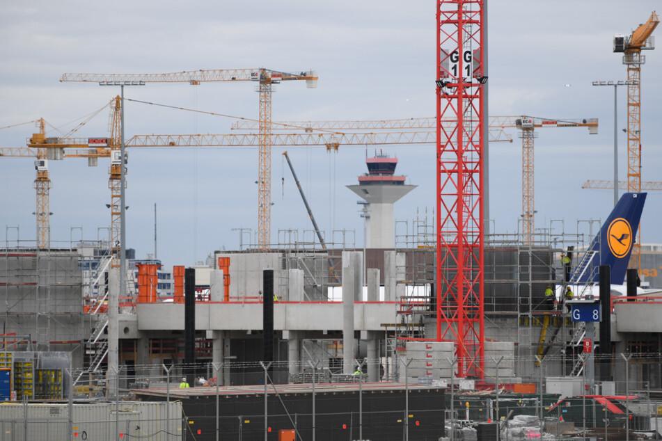 Betonarbeiten finden am Frankfurter Flughafen auf der Baustelle des neuen Terminal 3 statt. Der Frankfurter Flughafenbetreiber Fraport hält trotz der aktuell geringen Nachfrage am Bau seines dritten Passagier-Terminals fest.