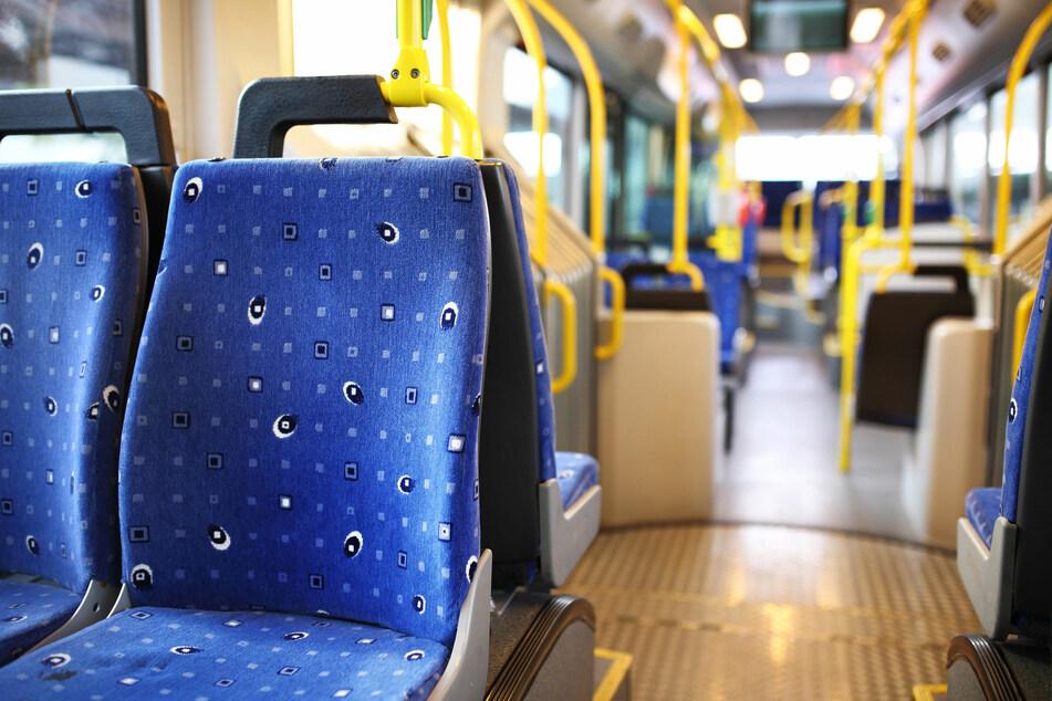 Erzgebirge: Unbekannter Mann begrapscht 17-Jährige im Bus