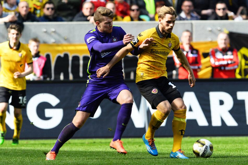 Justin Eilers (r.) hatte die erfolgreichste Zeit seiner Karriere bei Dynamo Dresden. Hier behauptet er den Ball im Sachsenderby gegen Aues Steve Breitkreuz.
