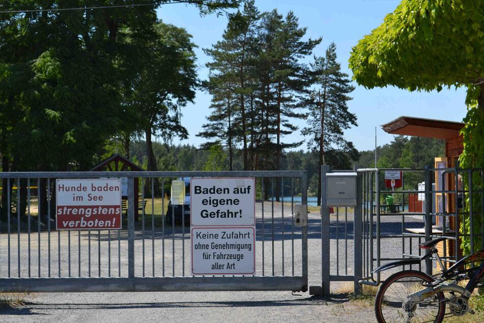 Ein Schild am Waldbad warnt: Baden auf eigene Gefahr.