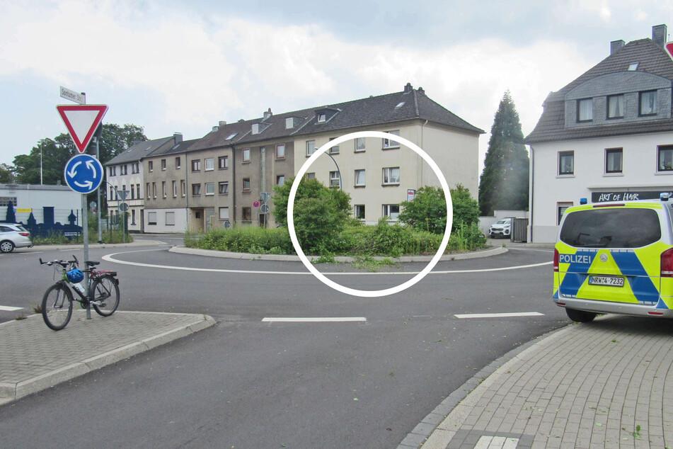 Der Trunkenbold (56) hatte mit seinem Skoda eine Schneise in die Begrünung des Kreisverkehrs in Velbert-Mitte gefahren.