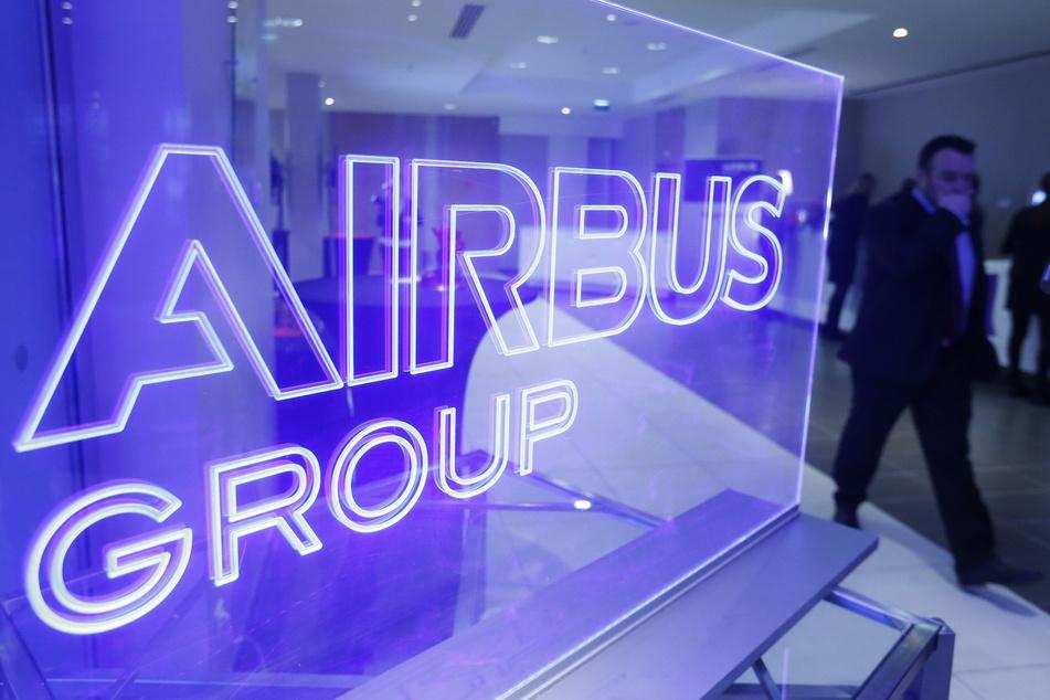 Der Luftfahrt- und Rüstungskonzern Airbus fährt die Produktion seiner Passagierflugzeuge wegen der Corona-Pandemie um rund ein Drittel zurück.