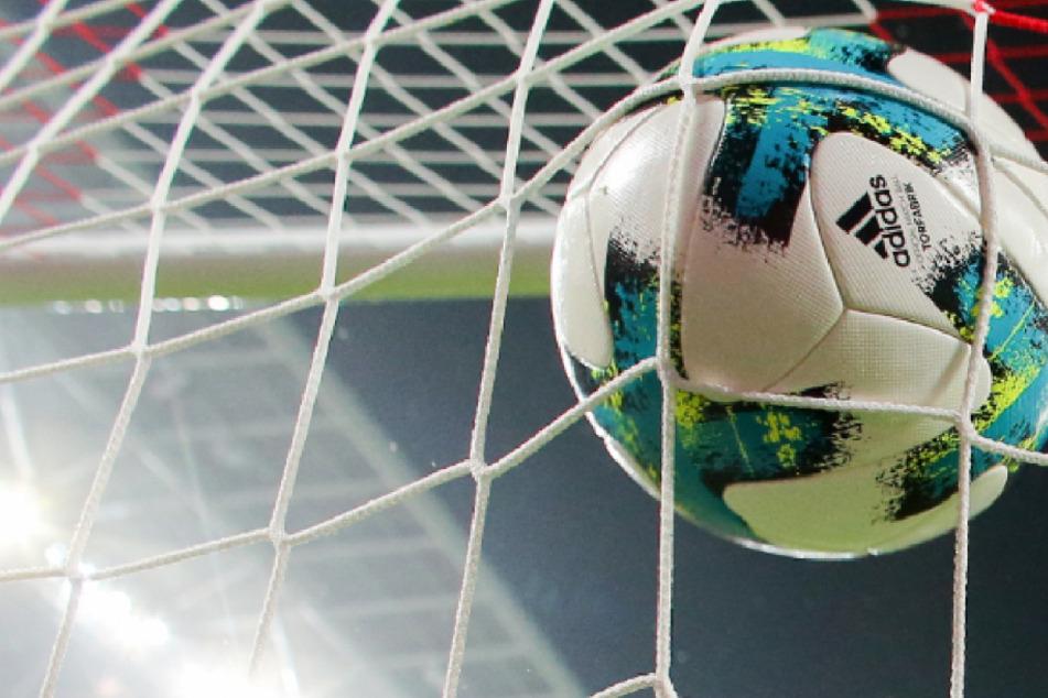 Der Ball fliegt ins Tor.