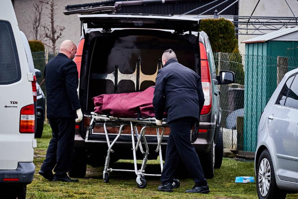 Ein Bestattungsunternehmen holte die beiden Toten ab.