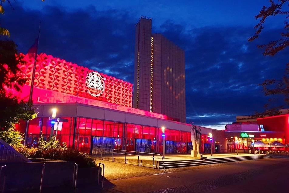 Auch die Stadthalle leuchtete rot.