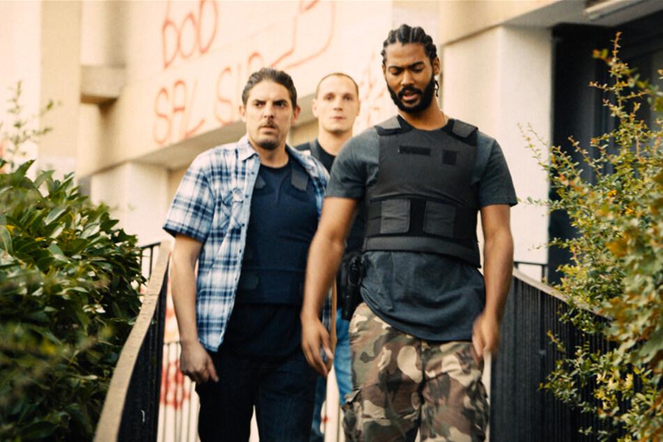 """Die Polizisten (von links nach rechts) Stephane Ruiz (Damien Bonnard), Chris (Alexis Manetti) und Gwada (Djebril Zonga) sollen in """"Die Wütenden - Les Misérables"""" für Ruhe und Ordnung sorgen. Das gelingt ihnen aber nicht."""