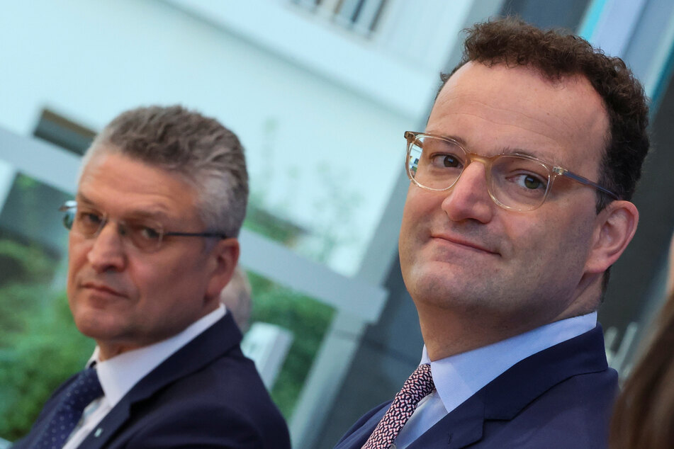 Lothar Wieler (l), Präsident des Robert Koch-Instituts (RKI), und Jens Spahn (CDU), Gesundheitsminister, kommen zu einer gemeinsamen Pressekonferenz.
