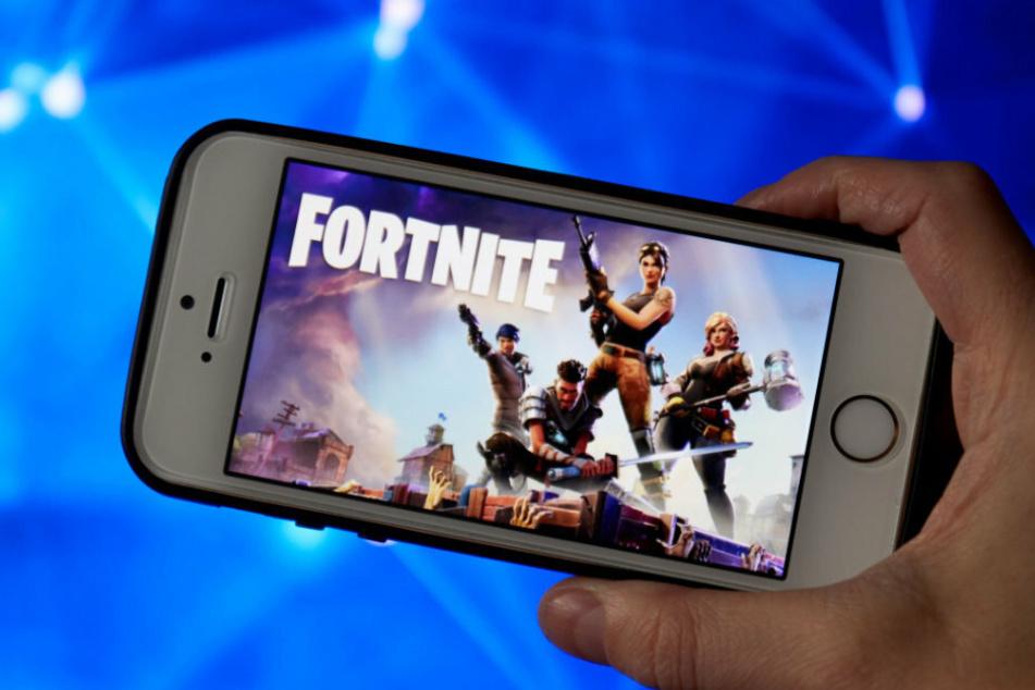 """Das Koop-Survival-Spiel """"Fortnite"""" auf einem iPhone. Das beliebte Videogame lässt sich nicht mehr auf Apple installieren."""