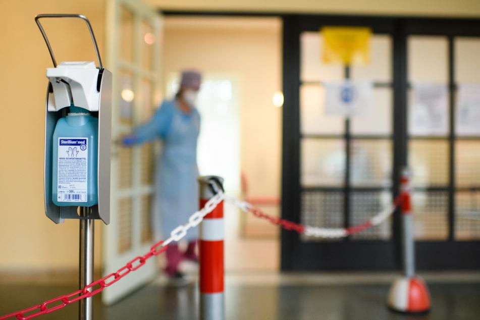 Berlin: Ein Behälter mit Desinfektionsmittel hängt vor dem Eingang der Coronavirus-Teststelle für symptomfreie Mitglieder definierter Personengruppen im Evangelischen Krankenhaus Königin Elisabeth Herzberge in Berlin-Lichtenberg.