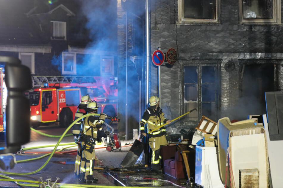 Ein Sperrmüllhaufen am Haus hatte Feuer gefangen.