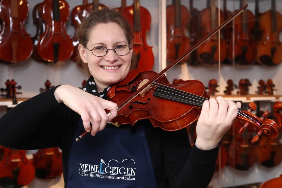Anna Karoline Meinel könnte der Geige auch ein paar schöne Töne entlocken. Noch geschickter ist sie allerdings beim Bau der filigranen Instrumente.