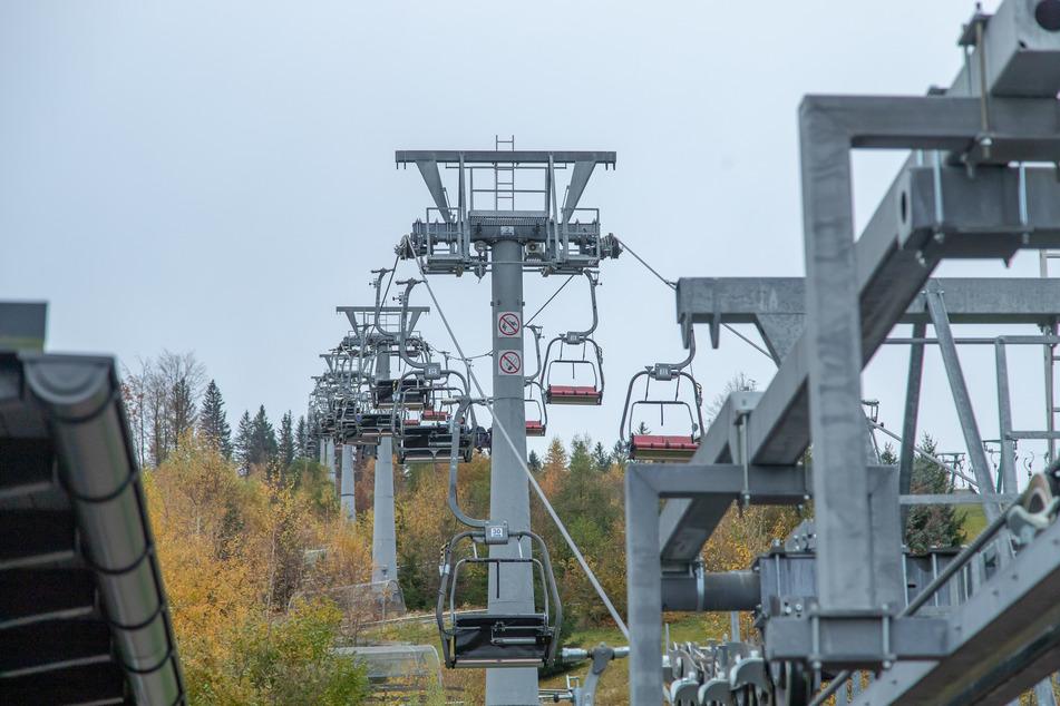 Die Skilifte in Eibenstock stehen aktuell still. Wenn die Corona-Maßnahmen der Bundesregierung greifen, könnte sich das im Dezember ändern.