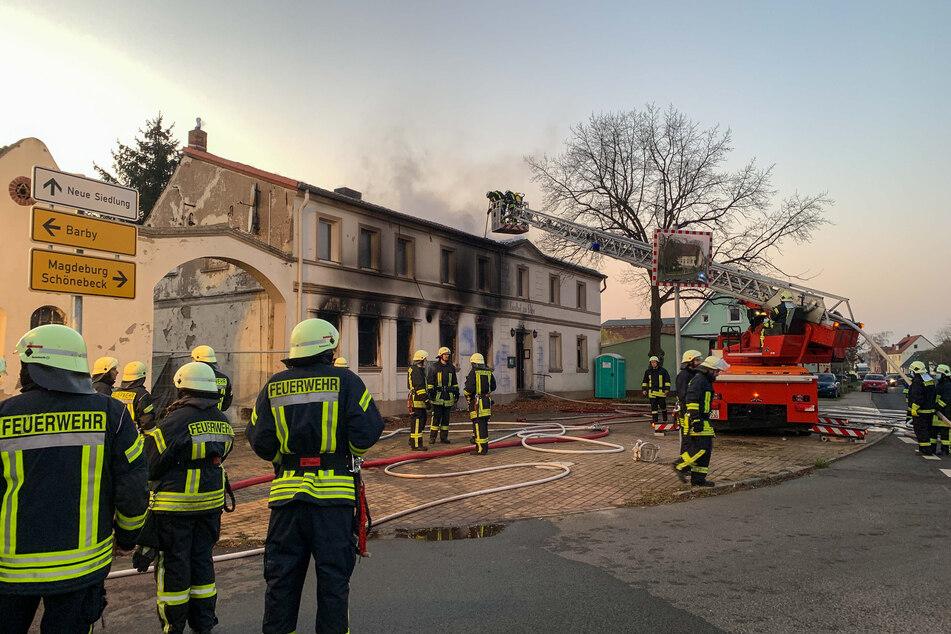 Etwa 40 Einsatzkräfte der Feuerwehr waren herbeigeeilt, um den Brand zu bekämpfen. Das Gebäude brannte allerdings dennoch aus.