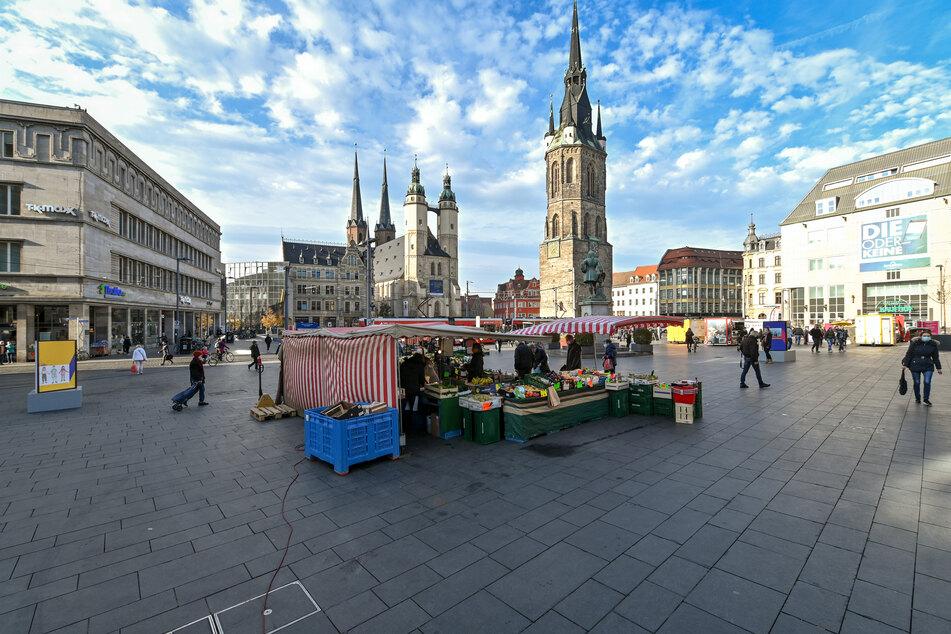 Mit großen Abständen zueinander stehen die Stände auf dem Wochenmarkt in Halle/Saale.