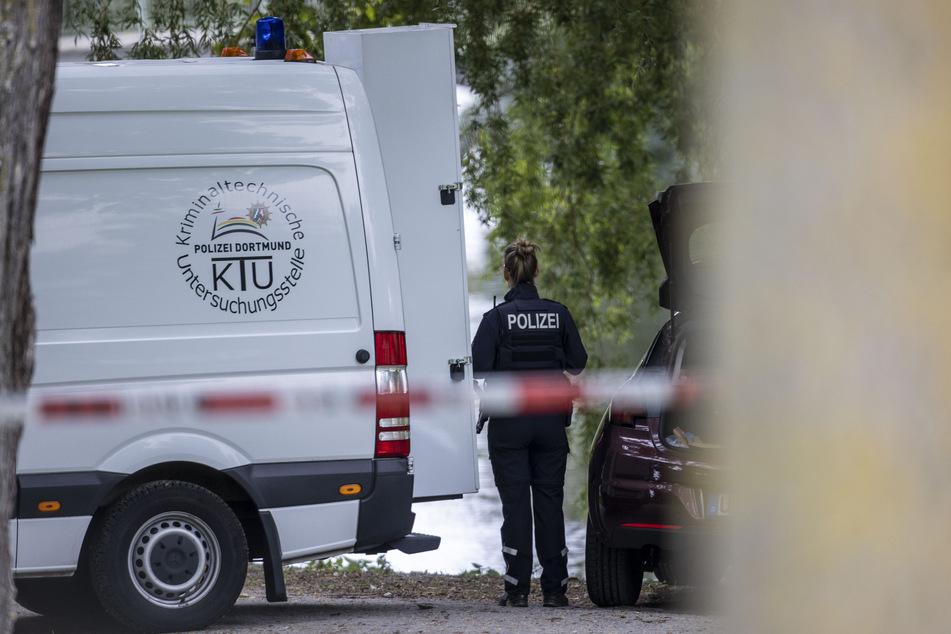 Einsatzkräfte der Polizei ermitteln nach dem Leichenfund.