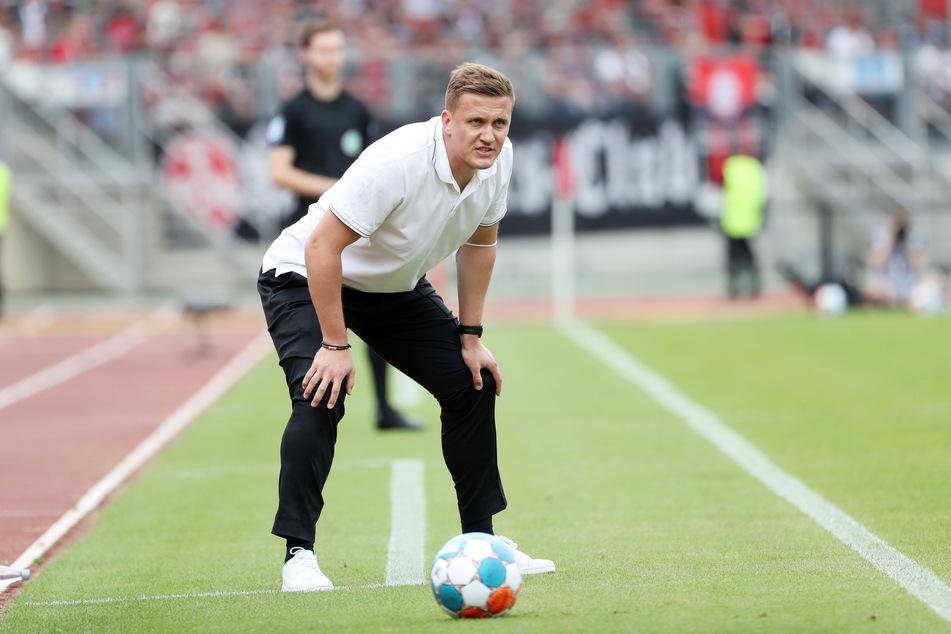 Aue-Trainer Aleksey Shpilevski (33) mit kritischer Miene am Spielfeldrand.