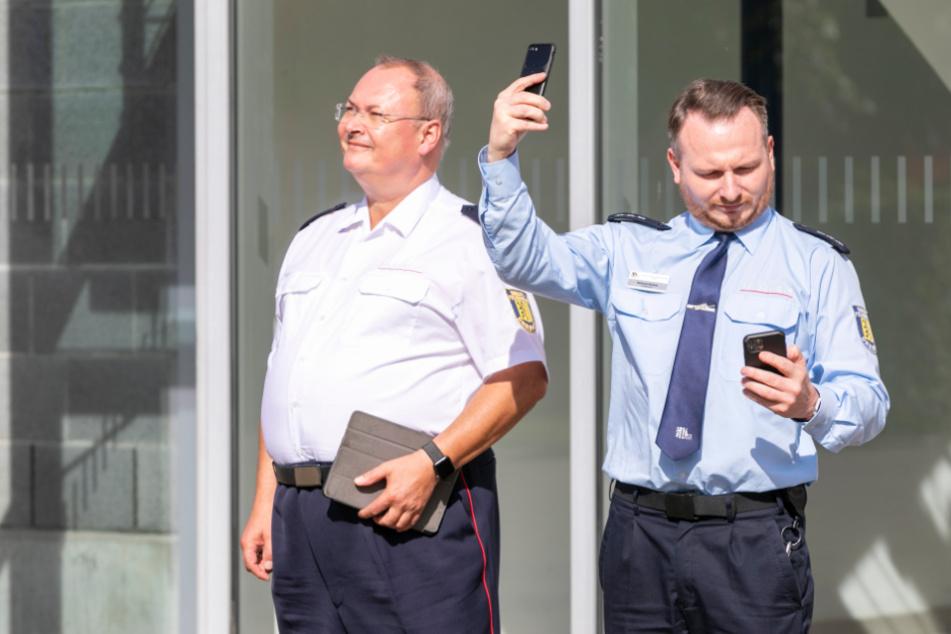 Stadtdirektor Andreas Rümpel (61,l.) und Michael Klahre (40) beobachten den Probealarm.