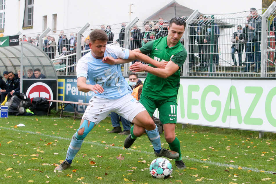 CFC-Kicker Felix Schimmel (l.) im Zweikampf mit Lucas Surek von der BSG Chemie Leipzig.