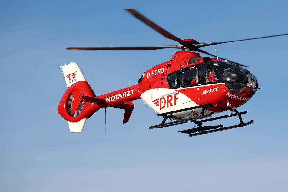 Der an den Beinen schwer verletzte 57-Jährige wurde in ein Krankenhaus geflogen. (Symbolbild)
