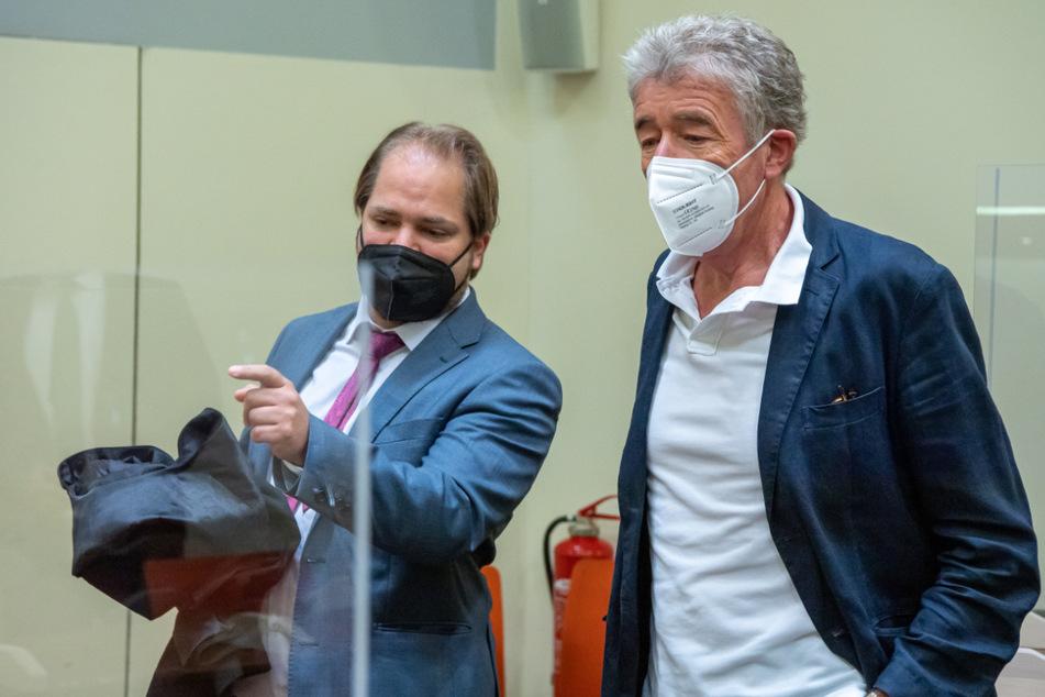 Thomas Pekny (69, r.), Chef der Komödie im Bayerischen Hof, steht vor Prozessbeginn im Gerichtssaal des Landgerichts München I mit seinem Anwalt Florian Zenger (l) zusammen.