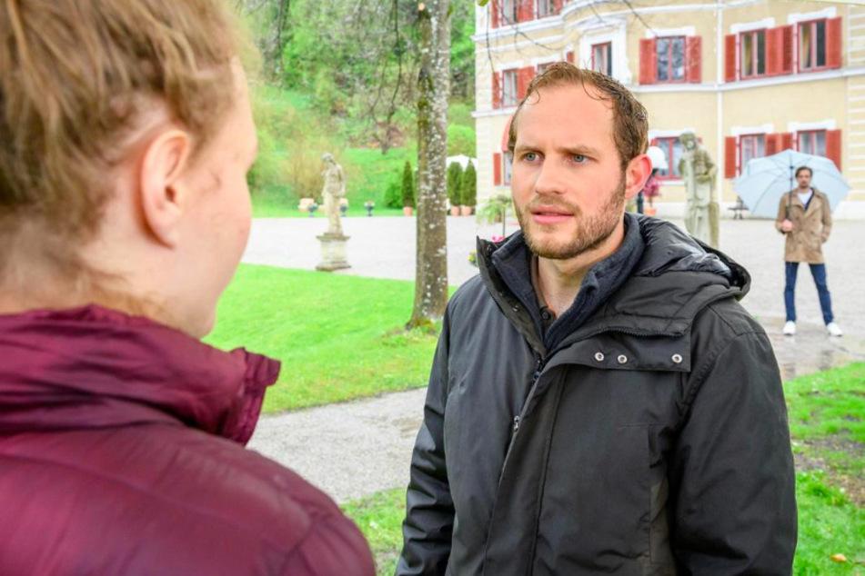Maja (Christina Arends) wird von Florian (Arne Löber) zur Rede gestellt. Hannes (Pablo Konrad) beobachtet die Beiden aus der Ferne.