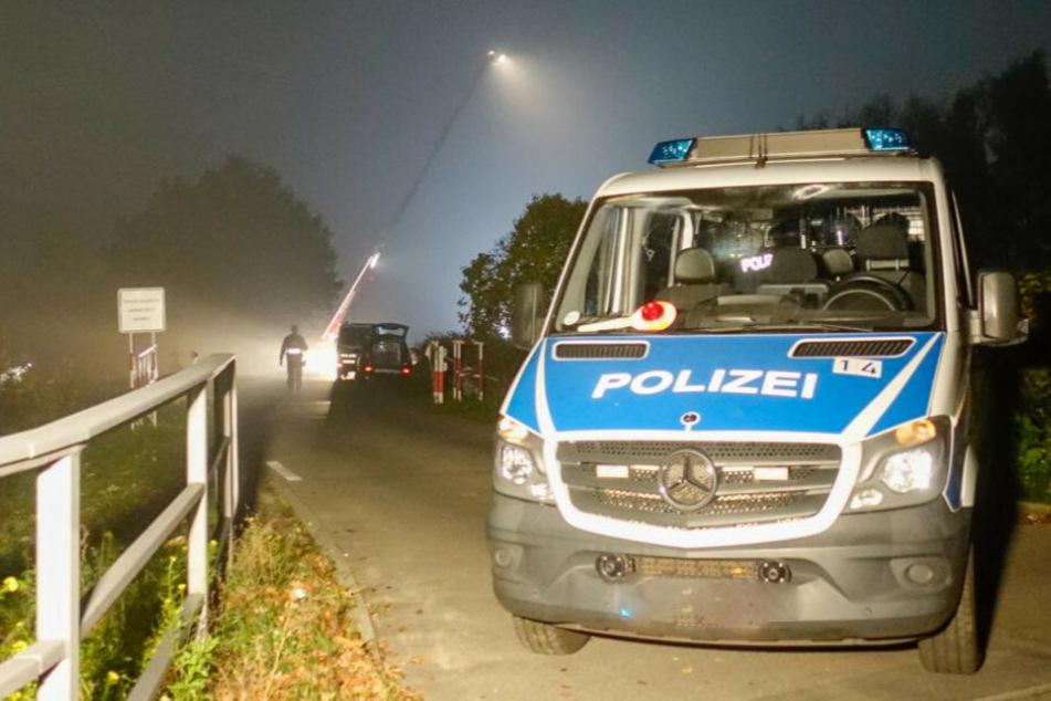 Ein Polizeiauto steht bei einem Feld an der Autobahnabfahrt Schönerlinder Straße im Berliner Ortsteil Französisch Buchholz.