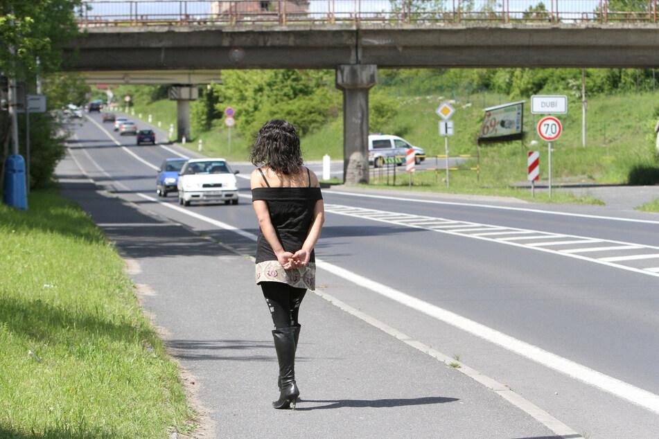 Eine tschechische Prostituierte an der Europastrasse. Die Prostituierten haben nun kein Geschäft mehr.