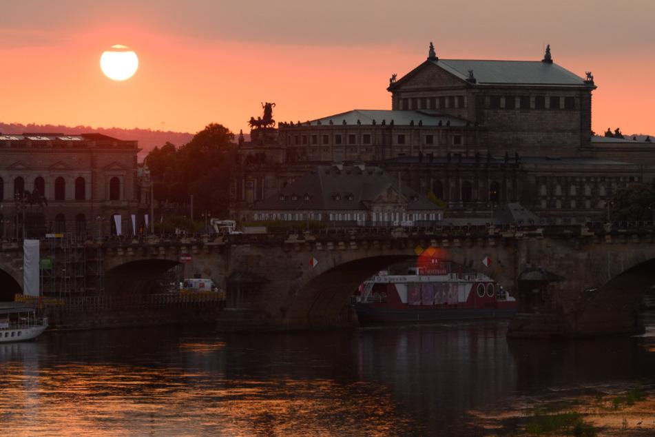 Dresden: Die Sonne geht hinter der Semperoper unter.