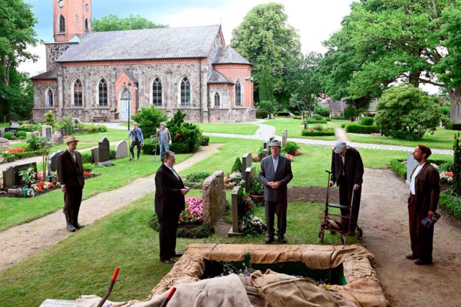 In der Serie wird Bauer Brakelmann beerdigt.