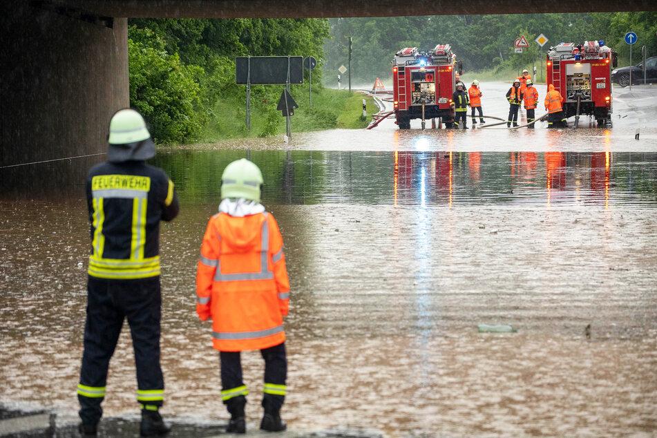 Land unter im Zwickauer Land bei Crossen nach einem Unwetter. Die Feuerwehr pumpte die Unterführung leer. Beim Bau und der Planung neuer Kanalisationsanlagen werden Überflutungsrisiken heute mehr gewürdigt.