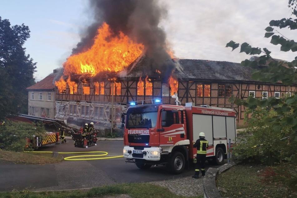 Brandursache noch unklar: Hier fackelt eine alte Möbelfabrik ab!