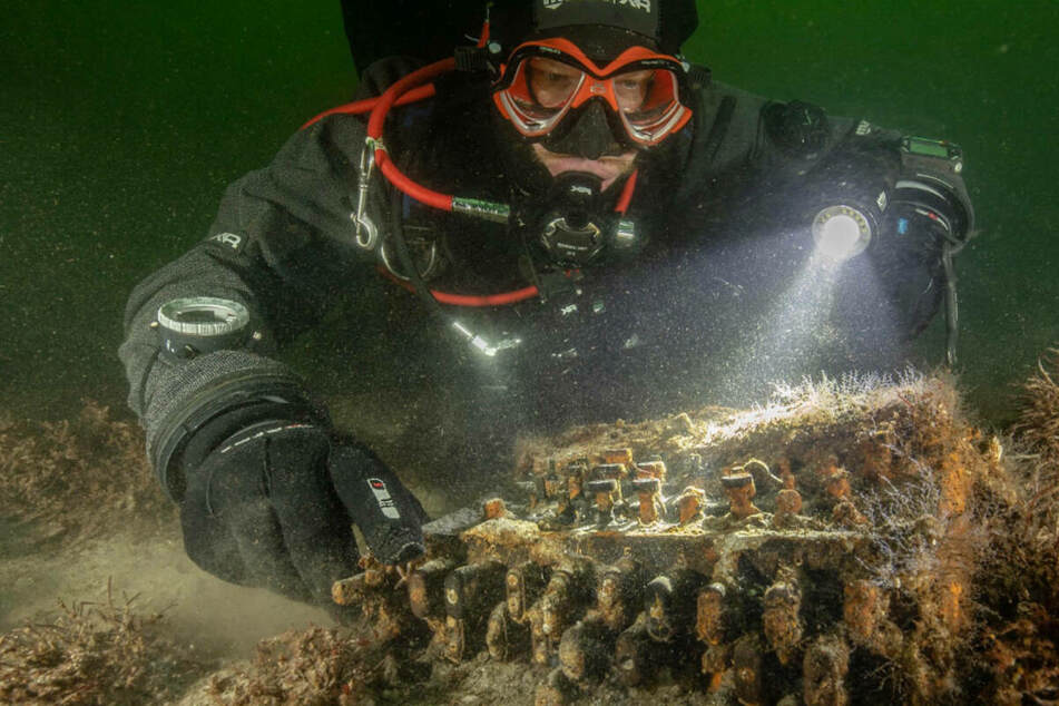 Ein Taucher entdeckt eine Enigma auf dem Grund der Ostsee. (Archivfoto)
