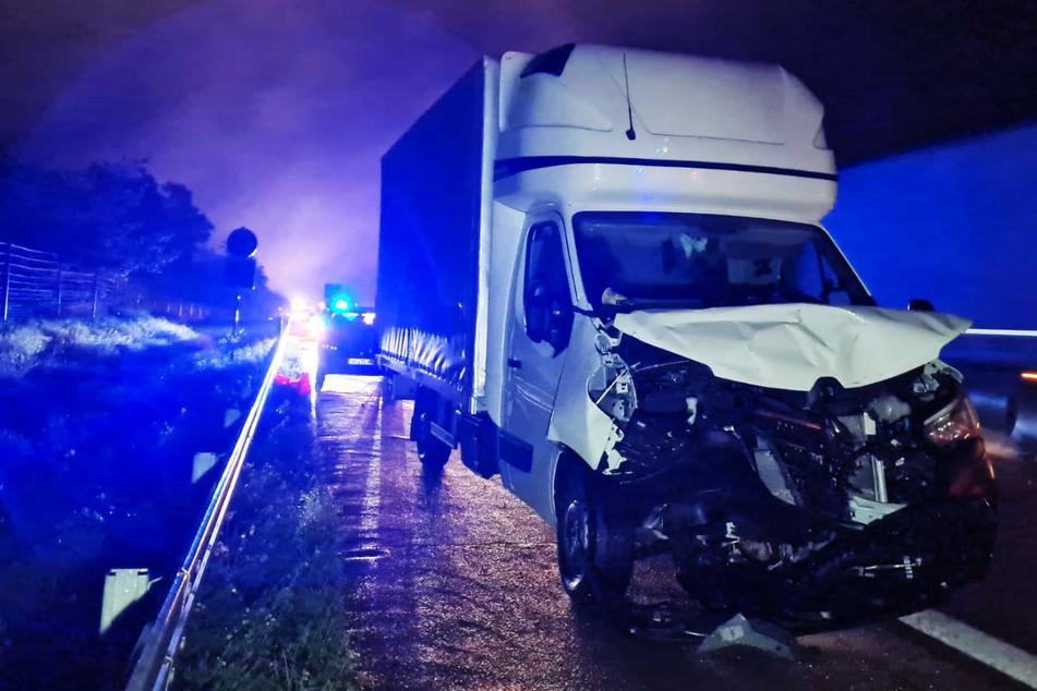 Das Wrack des Transporters steht nach dem Unfall auf dem Seitenstreifen der A2.