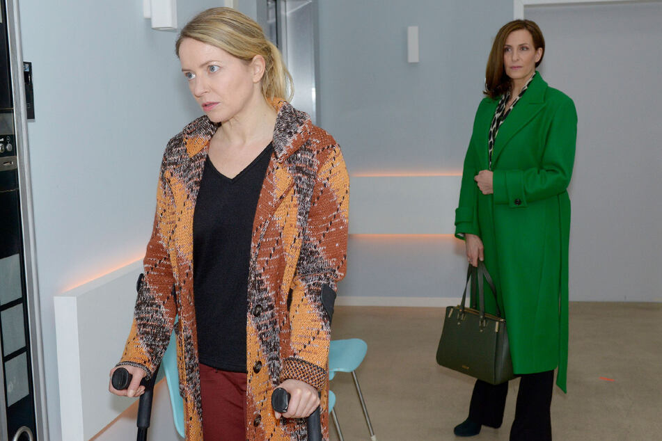 Melanie (Diana Staehly, l.) und Katrin (Ulrike Frank) sind bei ihrer ersten Begegnung etwas befangen.