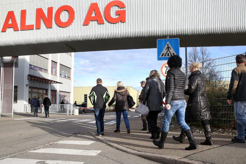 Pfullendorf, November 2017: Mitarbeiter des insolventen Küchenherstellers Alno auf dem Weg zu einer Betriebsversammlung. (Archivbild)