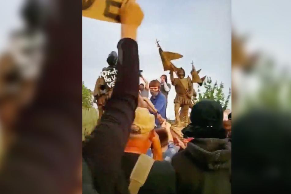 Ein Ausschnitt eines Twitter-Videos zeigt Demonstranten in Albuquerque.