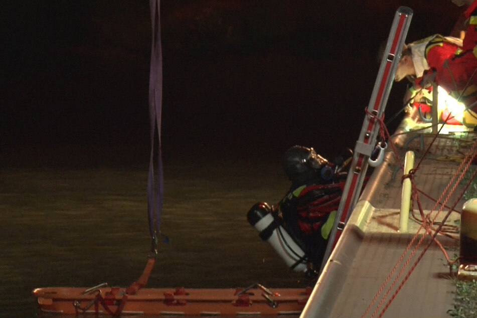 Taucher bargen den leblosen jungen Mann zwei Stunden später. (Symbolbild)