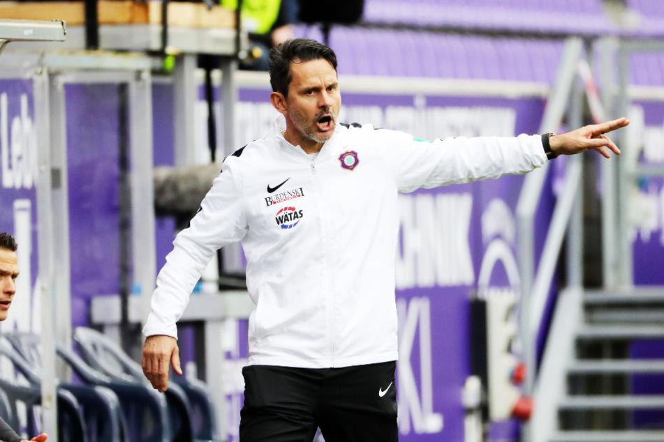 Aues Trainer Dirk Schuster war angesichts der Begleitumstände vor der Partie mit dem Remis gegen Holstein Kiel insgesamt zufrieden.