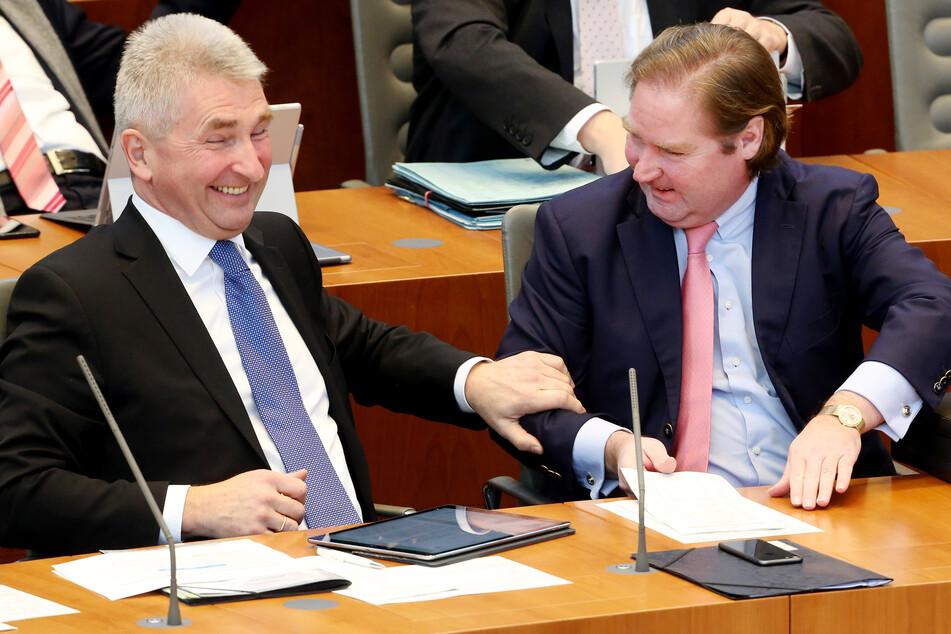 Können sich vorerst freuen: Andreas Pinkwart (60, FDP), NRW-Wirtschaftsminister (l.), unterhält sich mit Finanzminister Lutz Lienenkämper (51, CDU).