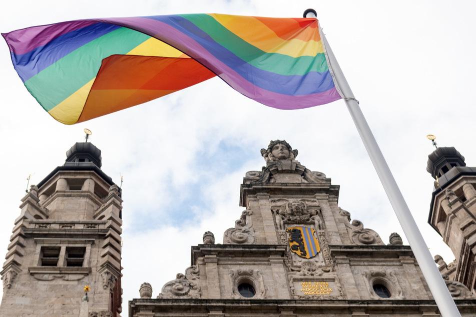Leipzig ist bunt! Mit dem Hissen der Regenbogenflagge hat die Stadt am Mittwoch ein Zeichen gegen Diskriminierung gesetzt.