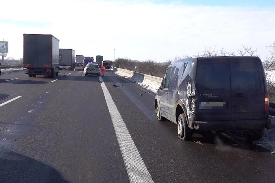 Nach aktuellen Infos war der Transporter in eine Schneeverwehung und dadurch ins Schleudern geraten. Daraufhin kam es zur Kollision mit einem weiteren Auto.