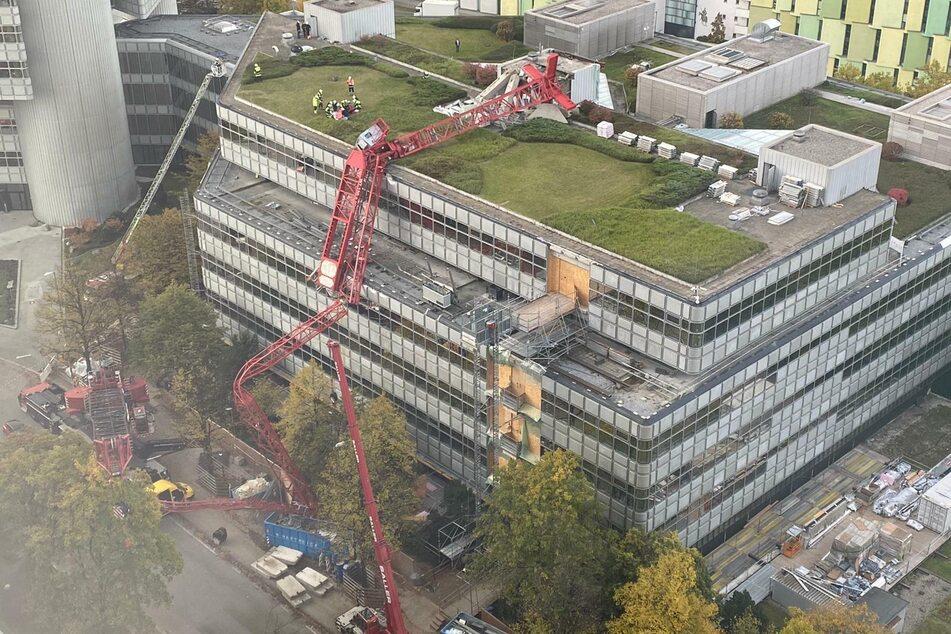 Ein Kran stürzte im Münchner Osten auf ein Hausdach.